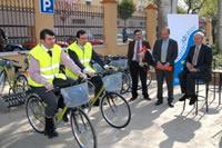 Usuarios montando en las bicicletas